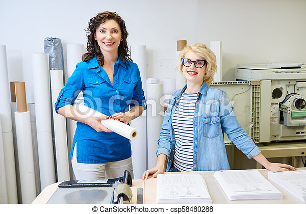 radosny, druk biuro, kobiety - csp58480288