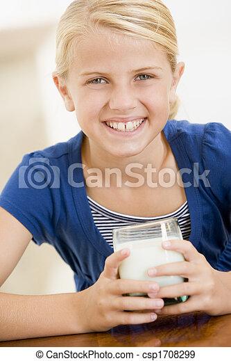 ragazza, giovane, latte, dentro, sorridente, bere - csp1708299