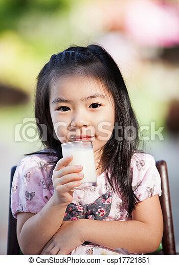 ragazza, latte, asiatico, bevanda - csp17721851