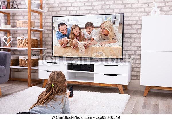 ragazza, osservare televisione - csp63646549