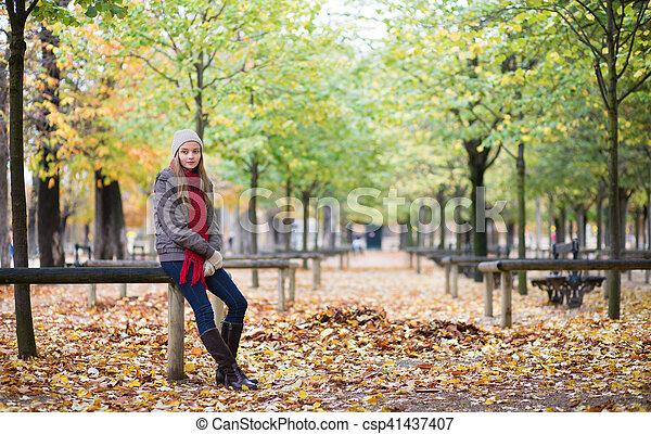 ragazza, parco, camminare - csp41437407