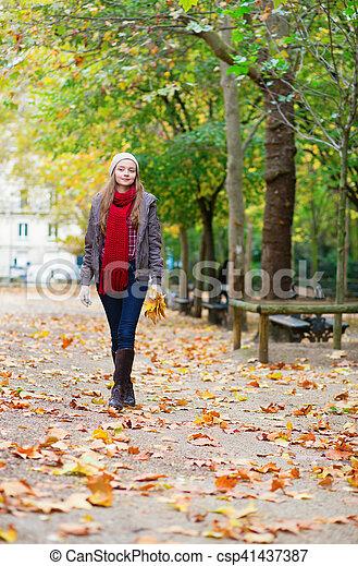 ragazza, parco, camminare - csp41437387