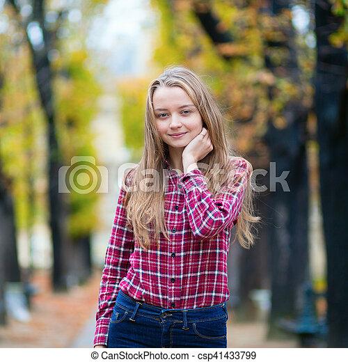 ragazza, parco, giovane, carino, cadere - csp41433799