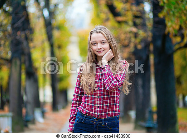 ragazza, parco, giovane, carino, cadere - csp41433900