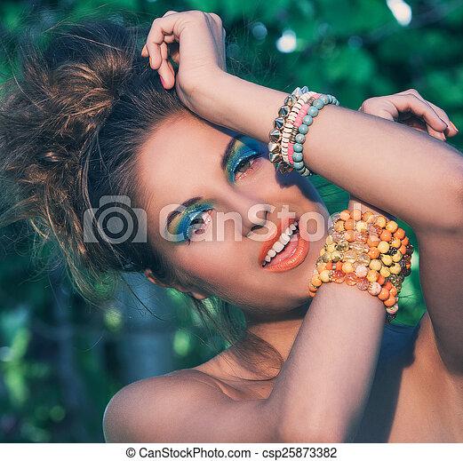 ragazza, trucco, fatto mano, braccialetti - csp25873382