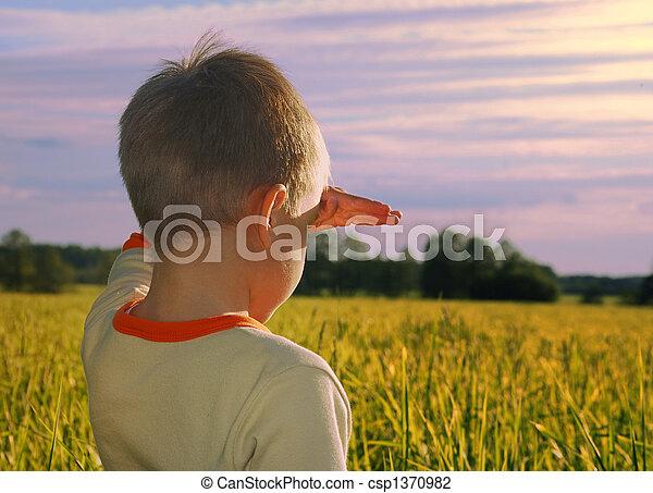 ragazzo, giovane guardare, tramonto, orizzonte, felice - csp1370982
