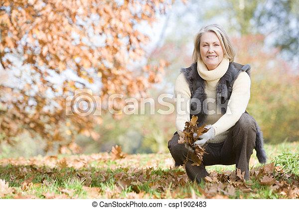 ramassage, feuilles, personne âgée femme, promenade - csp1902483