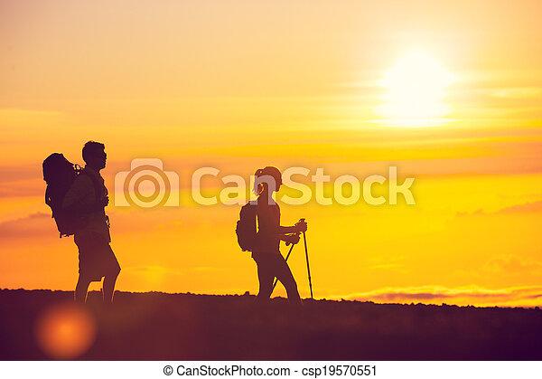 randonneurs, coucher soleil - csp19570551