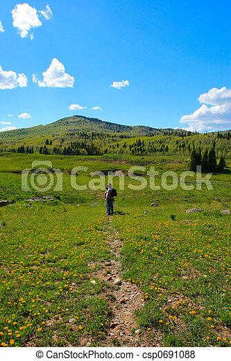 Los excursionistas en el sendero de la montaña solar - csp0691088