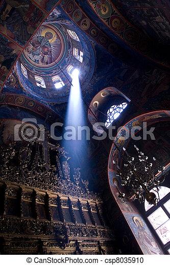 Un rayo de luz en la iglesia - csp8035910