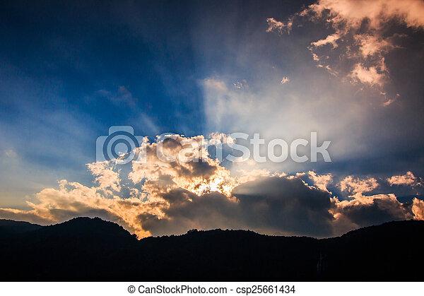 Rayos de luz brillando a través de nubes oscuras para el fondo - csp25661434