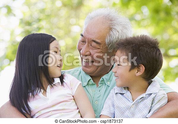 Abuelo riéndose con nietos - csp1873137
