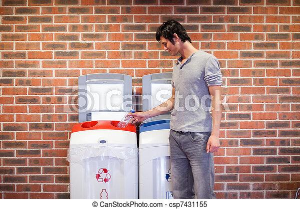 reciclagem homem, jovem - csp7431155