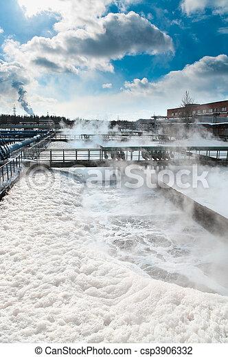 Grupo de los grandes drenajes de sedimentación. Reciclar agua, establecerse, purificarse en el tanque por organismos biológicos en la estación de agua. - csp3906332