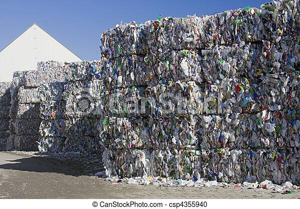 Reciclar plástico - csp4355940