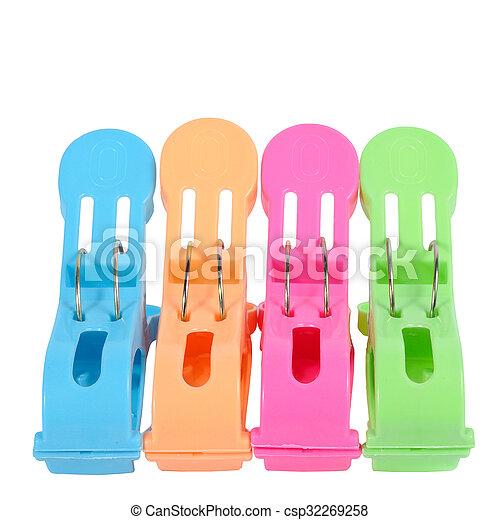 Gran pin de ropa colorida aislada en fondo blanco con camino de recorte - csp32269258