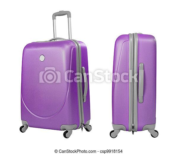 Una maleta de violeta o un baúl aislado con un camino de recortes incluido - csp9918154