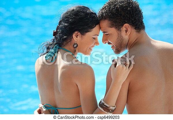 Una joven pareja de luna de miel en Resort - csp6499203
