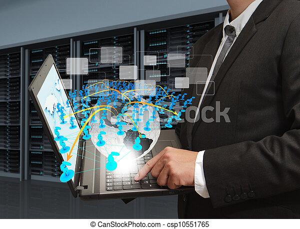 El hombre de negocios tiene computadora portátil y red social en la sala de servidores - csp10551765