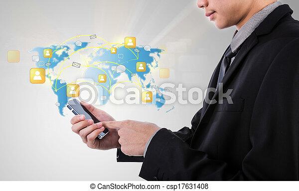 El hombre de negocios que sostiene la tecnología de la comunicación moderna móvil muestra la red social - csp17631408