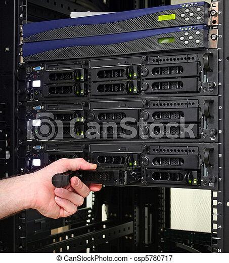 Técnico reemplazando un disco duro intercambiable - csp5780717