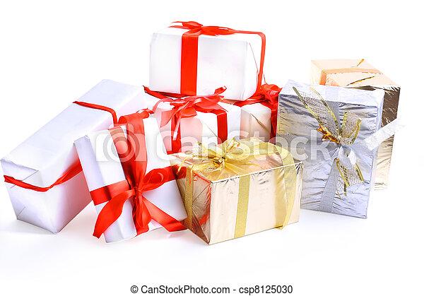 Cajas de regalo de Navidad decoradas con cinta aislada en fondo blanco. - csp8125030