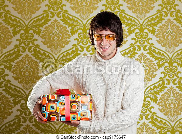 Retro hip joven con gafas sujetando la caja de regalos - csp9175647