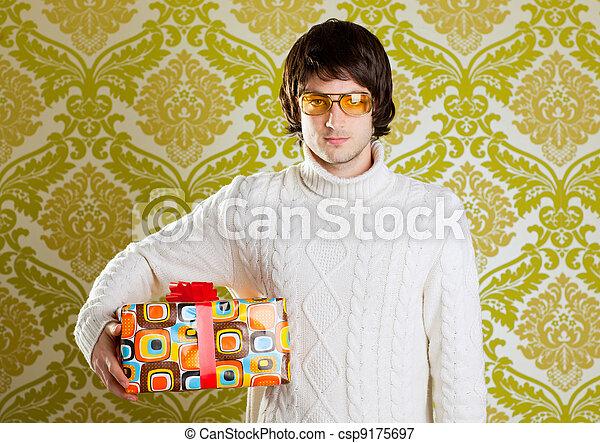 Retro hip joven con gafas sujetando la caja de regalos - csp9175697