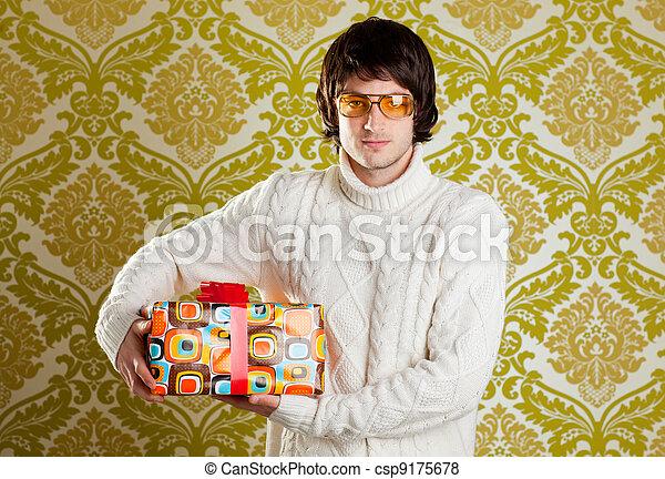 Retro hip joven con gafas sujetando la caja de regalos - csp9175678