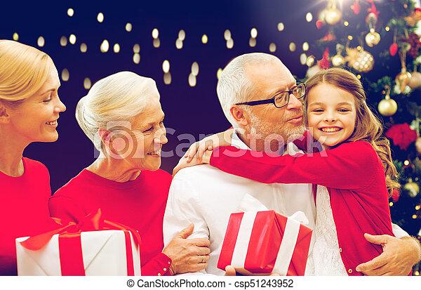 Gente Feliz En Navidad.Regalos Navidad Familia Feliz