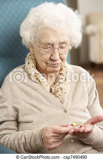 regarder, femme aînée, médicament, confondu - csp7490490