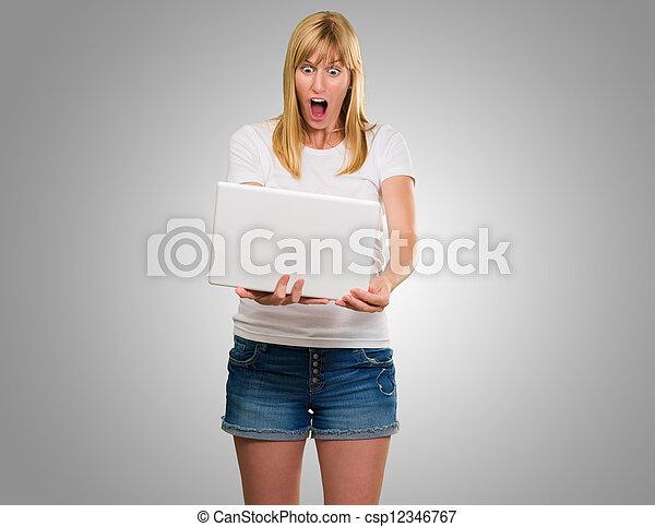 regarder, ordinateur portable, femme, choqué - csp12346767