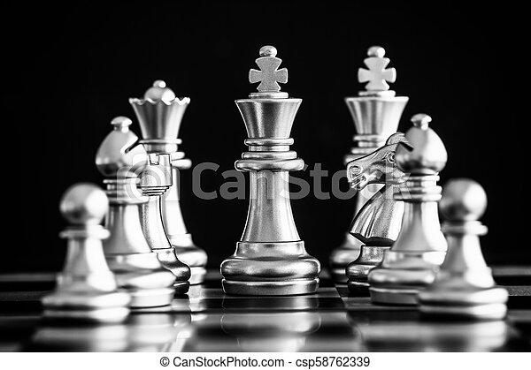 rei, conceito, negócio jogo, desafio, inteligência, chessboard, isolado, competição, experiência., strategy., levantar, pretas, xadrez, play., batalha, sucesso, líder, mercado, alvo - csp58762339