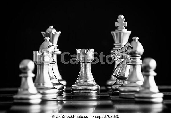 rei, conceito, negócio jogo, desafio, inteligência, chessboard, isolado, competição, experiência., strategy., levantar, pretas, xadrez, play., batalha, sucesso, líder, mercado, alvo - csp58762820