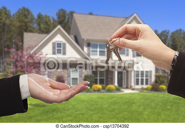 Agent übergibt die Hausschlüssel vor einem neuen Zuhause - csp13704392