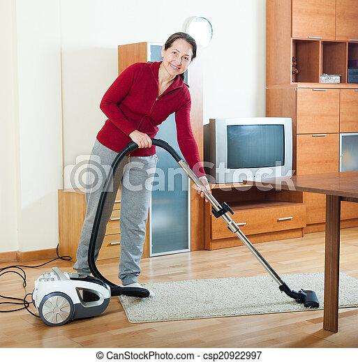 Deutsche Lutschnutte saugt im Wohnzimmer