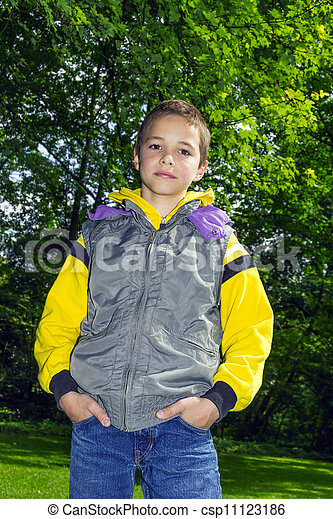 reizend, hoodie, junge, gelber , gegen, grüne bäume, hintergrund - csp11123186