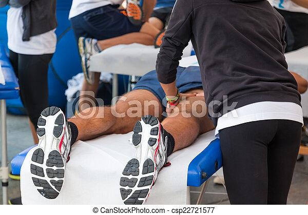 Masaje de relajación de atletas antes del evento deportivo - csp22721577
