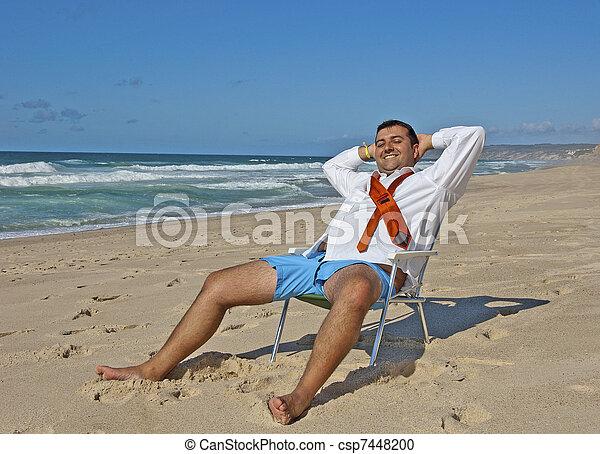 ¡Los hombres de negocios se relajan en la playa! - csp7448200