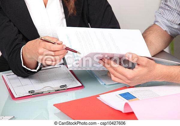 Llenando papeles - csp10427606