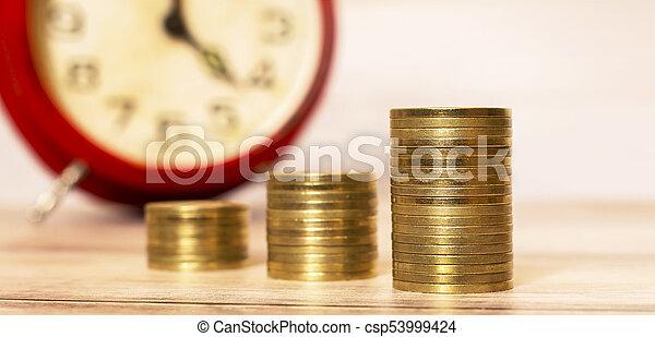 Hora de ahorrar dinero con despertador - csp53999424