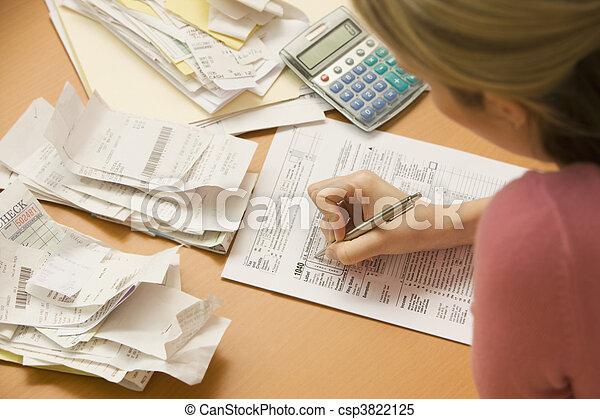 remplissage, femme, formulaire fiscal, dehors - csp3822125