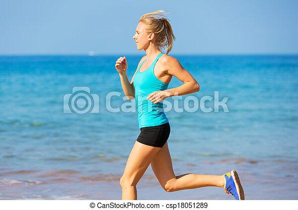 Eine Frau am Strand - csp18051289