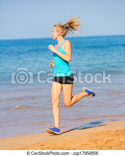 Eine Frau am Strand - csp17956856