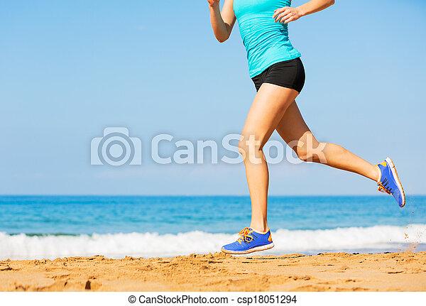 Eine Frau am Strand - csp18051294