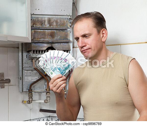 El hombre triste cuenta dinero para reparar un calentador de gas - csp9896769