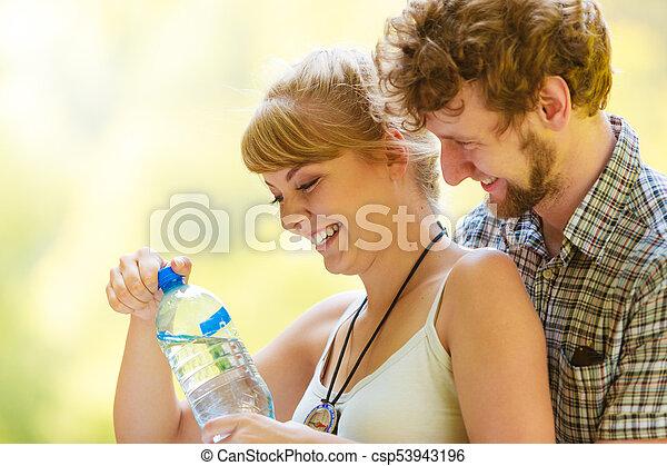 reposer, couple, eau, forêt, boire, randonneurs - csp53943196