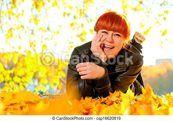 reposer, ensoleillé, parc, automne, girl, jour - csp16620819