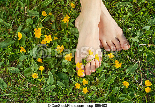 reposer, femme, elle, printemps, pieds, frais, végétation - csp1895403
