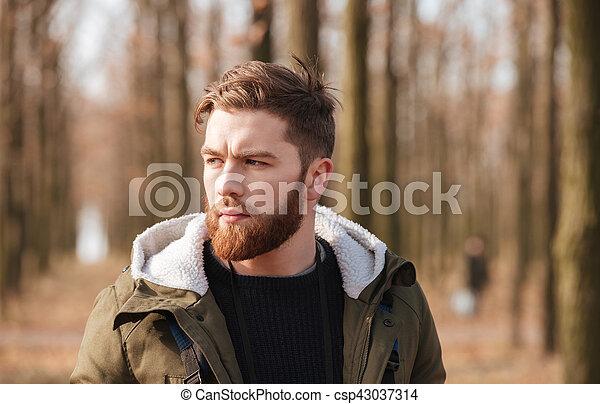 reputacja, forest., brodaty człowiek, przystojny - csp43037314